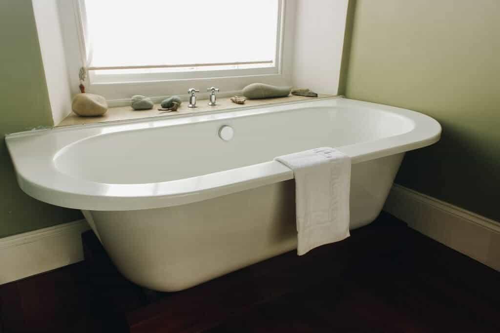 llys meddyg newport pembrokeshire room 1 bath tub